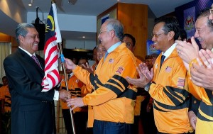 PUTRAJAYA, 11 Julai -- Perdana Menteri Datuk Seri Najib Tun Razak menyerahkan Jalur Gemilang kepada Ketua Kontinjen Malaysia ke Olimpik London, Tun Ahmad Sarji Abdul Hamid pada upacara penyerahan Jalur Gemilang Kontijen Malaysia ke Sukan Olimpik dan Paralimpik 2012 London di Bangunan Perdana Putra di sini, hari ini. Turut sama ialah Menteri Belia dan Sukan, Datuk Ahmad Shabery Cheek (dua kanan) dan Presiden Majlis Olimpik Malaysia (MOM), Tunku Tan Sri Imran Tuanku Jaafar (kanan). --fotoBERNAMA (2012) HAKCIPTA TERPELIHARA