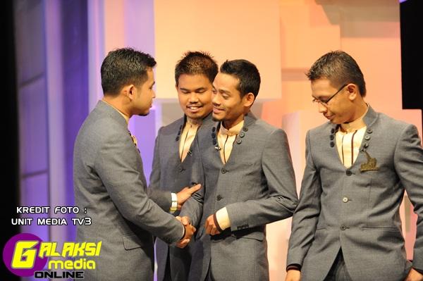 Finalis-finalis Da'i mengucapkan selamat jalan kepada finalis yang tersingkir, Nasaruddin Bin Samsudeng