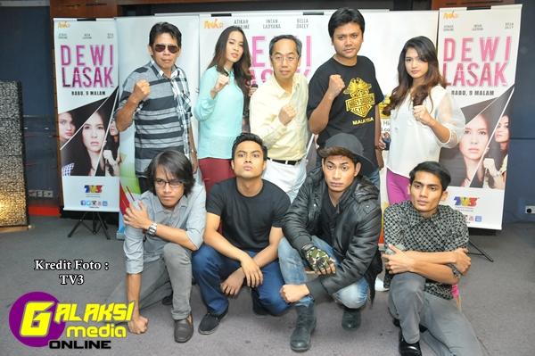 Barisan pelakon Dewi Lasak bersama pengarah, Pierre Andre dan wakil penerbit, David Teo