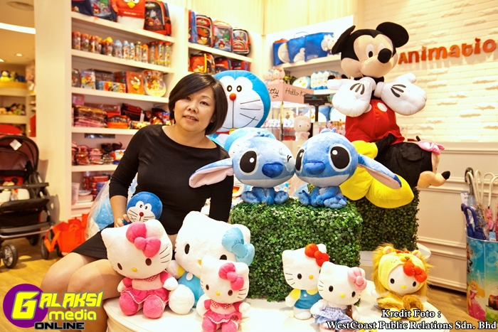 2_Jasmine Chew, Chief Executive Officer of Anakku Sdn Bhd with the well loved characters offered at Animation World
