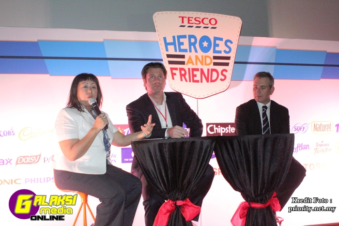 Marketing Dir Vivian Yap, Tesco CEO Georg Fischer, Commercial Dir Jason GodleyGMO