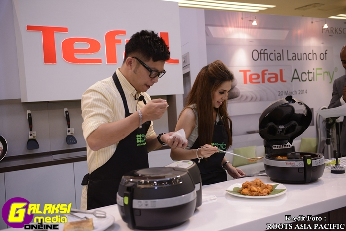 (L-R) Dino Goh & Chef Anis Nabilah tasting the food cooked by Tefal's ActiFry