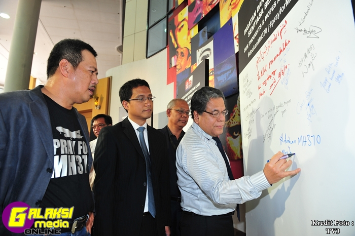 Messages of hope - Datuk Johan  Jaaffar, Chairman, Media Prima Berhad writing his message on the tribute  board