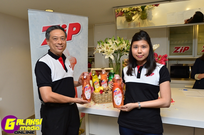 L to R - Mr Francis Ng - General Manager Marketing Lam Soon, Ms Leong Mei Hwa, ZIP product manager