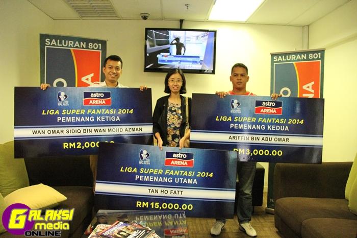 Para pemenang bergambar bersama hadiah masing-masing. Dari kiri-Wan Omar Sidiq, Elaine Lim (wakil Tan Ho Fatt) dan Ariffin