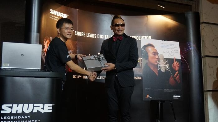 Foto dari Kiri, Andy Tan, Pengarah Concept Audio menyerahkan hadiah tajaan kepada Dato Ac Mizal