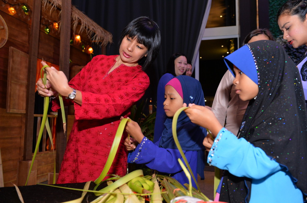 GuardianMY-Rafidah sharing ketupat weaving w the kids