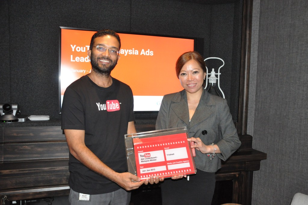 Image_Google CEO presents 11street the 'Ads Leaderboard - Malaysia Winner' award