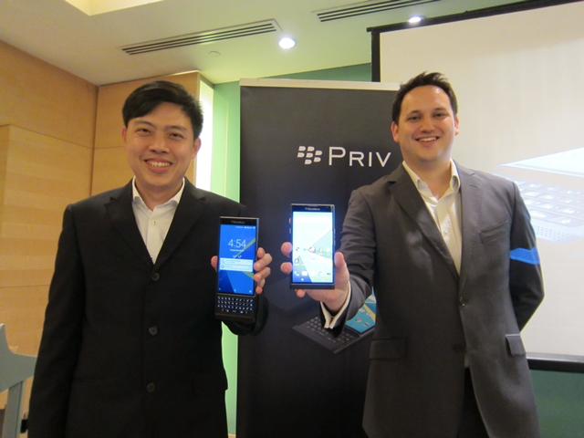 (From L to R) Aloysius Choong_Senior Device Portfolio Manager_BlackBerry APAC and Chris Jones_Channel Marketing Director_BlackBerry APAC_with PRIV by BlackBerry