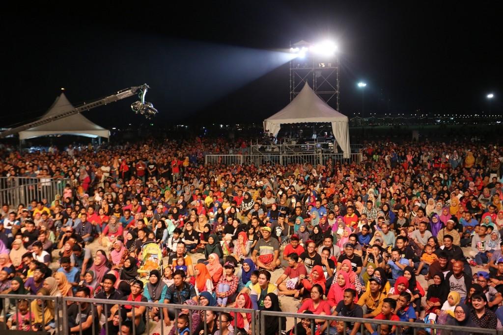 80 ribu penhunjung membanjiri  Festival AJL30 dari petang himgga malam