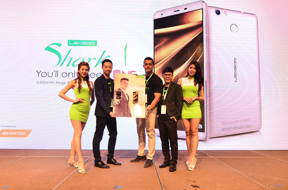 (L-R) Parker Xie, General Manager, LEAGOO Co. Ltd receives autographed poster from Zul Ariffin, LEAGOO Brand Ambassador with Dato' Calvin Chan, CEO, LEAGOO Malaysia