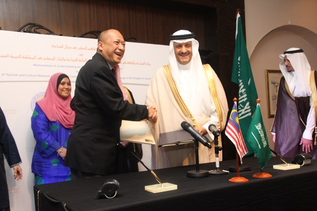 MOU SIGNING MALAYSIA-SAUDI ARABIA ON TOURISM 16 MAY - shake hands