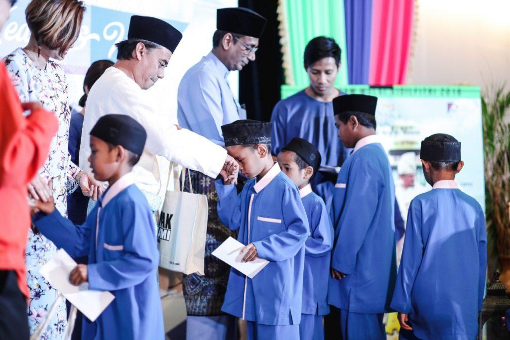 Sesi sumbangan duit raya di Majlis Sidang Media dan Iftar Anak Mami Nasi Kandaq