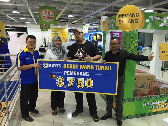 Photo 2 - Lucky customer takes home RM3,750 from Cash Grab machine