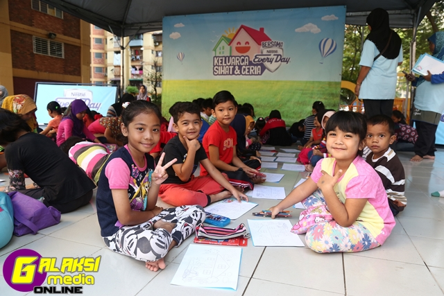 kids-colouring-activity-at-the-keluarga-sihat-ceria-bersama-nestle-everyday-roadshow-1