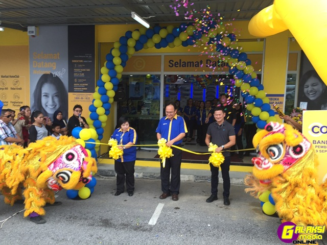 photo-1-from-l-r-staff-celebrating-the-launch-of-the-newest-courts-store-in-sarawak-located-at-bandar-riyal-kuching