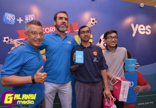 l-r-ytl-communications-ceo-wing-k-lee-football-legend-eric-cantona-winners-of-yes-eric-cantona-meet-greet-facebook-contest-mario-lander-and-lim-sin-heng