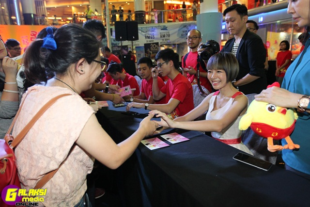 autograph-session-campaign-buddy-min-chen-with-fans