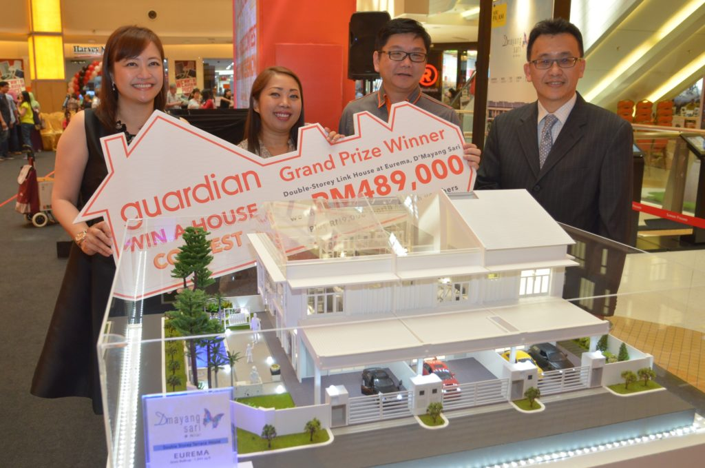 guardian-wah-winner-syarina-nordin-with-a-model-of-the-grand-prize-house