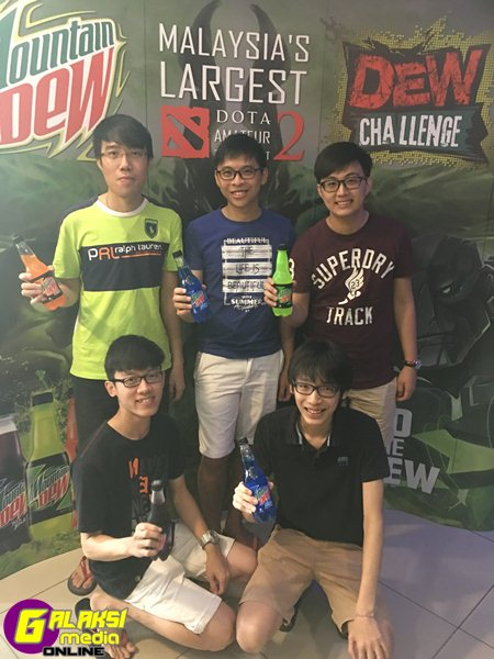image-01-team-members-huddled-with-their-favourite-mountain-dew-drink-before-the-battle